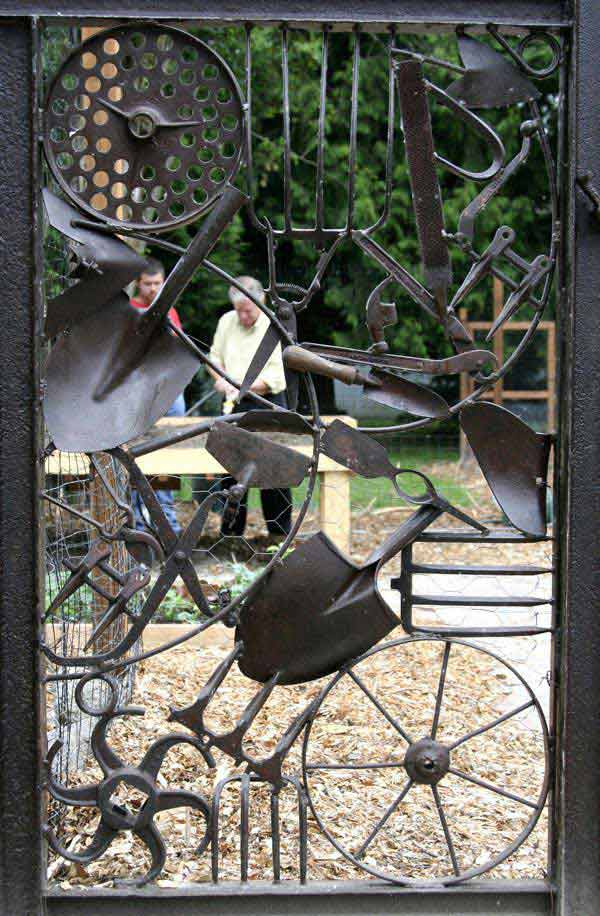 22 Insanely Charming Garden Gate DIY Projects Protecting Greenery in Style usefuldiyprojects.com outdoor space decor (19)