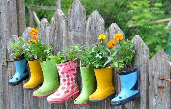 Top 23 DIY Garden Fence Decorations To Mesmerize Pedestrians usefuldiyprojects.com decor (17)