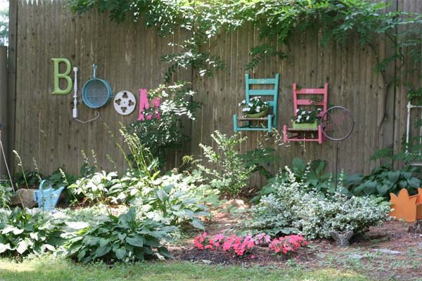 Top 23 DIY Garden Fence Decorations To Mesmerize Pedestrians usefuldiyprojects.com decor (21)