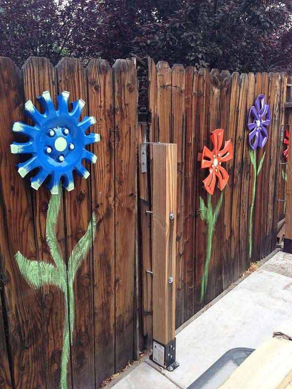 Top 23 DIY Garden Fence Decorations To Mesmerize Pedestrians usefuldiyprojects.com decor (3)