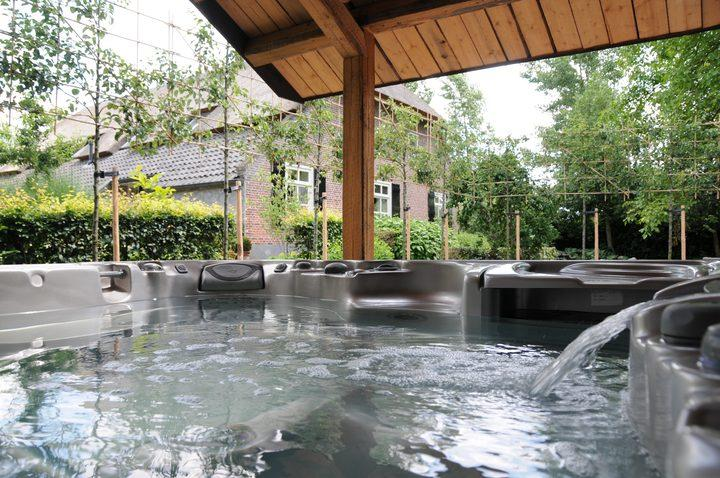 Jacuzzi large outdoor space